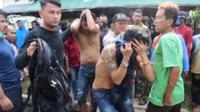 Polisi mengamankan dua orang pelaku copet di angkot Karawang. (Liputan6.com/ Abramena)