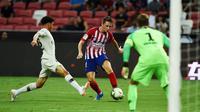 Pemain Atletico Madrid, Borja Garces, berusaha melewati pemain Paris Saint-Germain (PSG) pada laga ICC 2018 di Stadion Nasional Singapura, Senin (30/7/2018). PSG menang 3-2 atas Atletico Madrid. (AFP/Roslan Rahman)