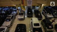 Pedagang melakukan perawatan pada mobil bekas yang dijualnya di bursa mobil bekas sebuah pusat perbelanjaan di Jakarta, Jumat (26/3/2021). Perusahaan pembiayaan dengan segmen kredit mobil bekas tak terlalu khawatir mengenai dampak kebijakan subsidi pajak mobil baru. (Liputan6.com/Johan Tallo)