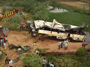 Sebuah derek menarik bus tingkat yang rusak setelah mengalami kecelakaan di jalan bebas hambatan di Agra, India, Senin (8/7/2019). Sebanyak 29 orang dilaporkan tewas dan 18 lainnya terluka dalam kecelakaan bus tersebut. (AP Photo/Pawan Sharma)