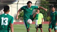 Pemain baru Persebaya Surabaya, Mahmoud Eid, mengontrol bola saat latihan di Lapangan Yogyakarta Independent School, Sleman, Kamis (23/1). Latihan ini persiapan jelang Liga 1 Indonesia 2020. (Bola.com/Aditya Wany)