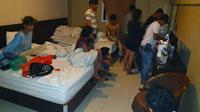Polisi menggeladah kamar hotel di Pekanbaru yang diduga digunakan belasan remaja untuk pesta narkoba. (Liputan6.com/M Syukur)