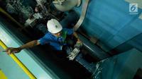 Petugas memeriksa proses penyaringan air milik PT Palyja di Instalasi Pengolahan Air (IPA), Jakarta, Rabu (29/8). Palyja menyatakan pasokan air bersih untuk warga Jakarta masih dalam posisi aman. (Liputan6.com/Herman Zakharia)