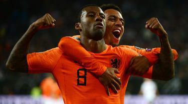 Gelandang Belanda, Georginio Wijnaldum, merayakan gol yang dicetaknya ke gawang Jerman pada laga Kualifikasi Piala Dunia 2022 di Hamburg, Jumat (6/9). Jerman kalah 2-4 dari Belanda. (AFP/Patrik Stollarz)