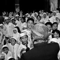 Pak Raden mendongeng, menjual lukisan, sketsa dan karya-karyanya yang lain untuk mencukupi kebutuhan hidupnya sehari-hari.  Sejak mahasiswa ia sudah menghasilkan buku cerita anak bergambar dan film pendek animasi. (via facebook.com/Toto Santiko Budi)