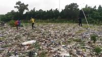 Hamparan sampah seluas lapangan bola di tengah permukiman warga di Kampung Caman, Jakasampurna, Bekasi Barat, Kota Bekasi. (Liputan6.com/Bam Sinulingga)