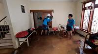 Petugas PLN memeriksa jaringan listrik yang sudah diputus agar tidak membahayakan, Bango, Pondok Labu, Jakarta, Sabtu (20/2/2021). Banjir di Jakarta berdampak pada 180 unit Gardu Distribusi dan 61.320 pelanggan sehingga terjadi pemadaman di sejumlah wilayah. (merdeka.com/Arie Basuki)
