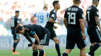 Pemain Argentina, Lionel Messi tertunduk setelah gagal mengeksekusi penalti dalam  laga Grup D Piala Dunia 2018 antara Argentina dan Islandia di Stadion Spartak, Moskow, Rusia, Sabtu (16/6). Pertandingan berakhir imbang 1-1. (AP Photo/Ricardo Mazalan)