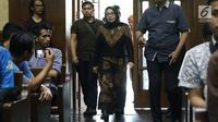 Eni Maulani Saragih bersiap menjadi saksi pada sidang lanjutan dugaan suap kesepakatan kontrak kerja sama pembangunan PLTU Riau-1 dengan terdakwa Idrus Marham di Pengadilan Tipikor, Jakarta, Selasa (29/1). (Liputan6.com/Helmi Fithriansyah)