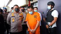 Kapolda Riau Irjen Agung Setya Imam Effendi berbincang dengan kurir sabu yang menyamar menjadi polisi. (Liputan6.com/M Syukur)
