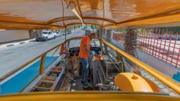 Emad Abdeljawwad menyiapkan hot dog untuk pelanggan dari mobil van yang telah diubah di Ramallah, Tepi Barat, 23 September 2020. Dengan sebagian besar restoran tutup karena pembatasan COVID-19, food truck memungkinkan pengusaha Palestina untuk menemukan cara tetap bekerja. (AP Photo/Nasser Nasser)