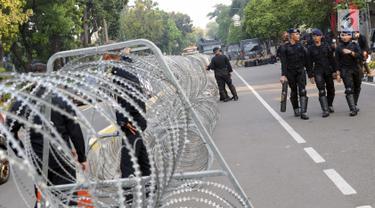 Personel Brimob berjaga di depan Gedung Mahkamah Konstitusi (MK), Jakarta, Selasa (25/6/2019). Jelang sidang pembacaan putusan akan digelar pada Kamis (27/6), penjagaan di sekitar Gedung Mahkamah Konstitusi diperketat. (Liputan6.com/Helmi Fithriansyah)