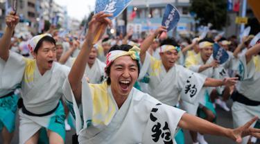 Penari pria menghibur penonton selama festival tari Koenji Awa-Odori di kawasan Koenji, Tokyo pada 24 Agustus 2019. Dimulai pada 1950-an, Koenji Awa Odori telah berkembang menjadi salah satu festival musim panas terbesar dan terpopuler di Tokyo. (AP/Jae C. Hong)