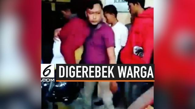 Sepasang kekasih di Jawa Timur, digerebek warga karena diduga berbuat mesum di toilet masjid.