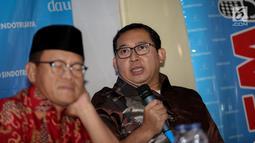 Wakil Ketua DPR Fadli Zon (kanan) memberikan paparan dalam diskusi polemik di Jakarta, Sabtu (15/7). Dalam kesempatana itu Fadli Zon menjelaskan, dalam menerbitkan Perppu harus memenuhi unsur kegentingan yang memaksa. (Liputan6.com/Faizal Fanani)