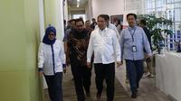 Menteri Komunikasi dam Informatika RI, Rudiantara (tengah) tiba menghadiri acara Uji Coba Teknologi 5G dan Fiberisasi Jaringan di Jakarta, Rabu (21/8/2019). Dalam uji coba XL memamerkan telekomunikasi virtual via hologram dengan memanfaatkan jaringan generasi kelima. (Liputan6.com/Angga Yuniar)