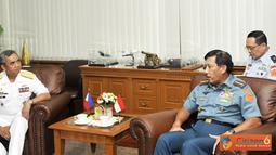 Citizen6, Jakarta: Kasal Filipina Alexander P. Pama sedang berbincang dengan Panglima TNI Agus Suhartono.