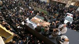 Ribuan warga mengiringi Peti jenazah Ali Akbar Hashemi Rafsanjani menuju tempat upacara pemakaman di Teheran, Iran (10/1). Semasa hidupnya dia pernah memegang pucuk pimpinan pemerintahan di Iran selama dua periode. (AFP/Atta Kenare)