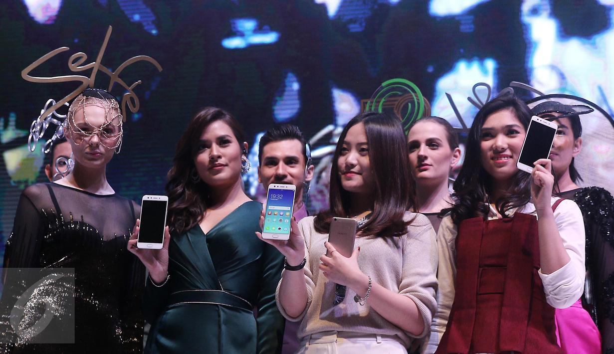 Penyanyi Raisa dan Isyana menunjukkan Oppo F3 saat peluncuran di Jakarta, Kamis (04/05). Oppo F3 dibekali kamera utama beresolusi 13MP dengan Optical Image Stabilization (OIS), LED flash, dengan sensor 1/2.8 inci. (Liputan6.com/Herman Zakharia)