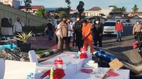 Polisi menggiring tersangka pembunuhan wanita hamil terkubur septic tank di Kabupaten Kampar. (Liputan6.com/M Syukur)