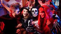 Ingin menghadiri pesta Halloween dengan gaya unik? Tampilan riasan makeup setengah tengkorak berikut ini bisa jadi pilihan tepat. (Foto: Istockphoto)