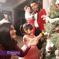 Judika dan Duma Riris, melengkapi kebahagiaan Natal dengan hadirnya dua orang anak. (Foto: Bambang E Ros, MUA: @sasandik, DI: Muhammad Iqbal Nurfajri/Bintang.com)