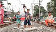 Anak-anak bermain di sekitar rel kereta api di kawasan Pademangan, Jakarta, Kamis (8/11). Kurangnya lahan bermain menyebabkan anak-anak tersebut bermain di tempat yang tidak semestinya dan membahayakan keselamatan. (Liputan6.com/Immanuel Antonius)