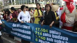 Masyarakat pencinta kebaya dan sarung Indonesia saat parade di Bundaran HI, Jakarta, Minggu (28/7/2019). Parade tersebut bertujuan untuk mengajak masyarakat agar mencintai busana tradisional khas Indonesia. (Liputan6.com/Angga Yuniar)