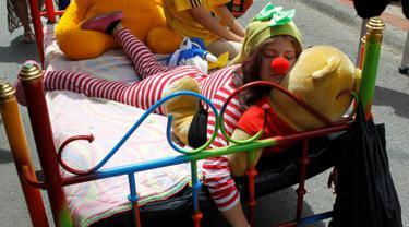 Seorang wanita saat bermalas-malasan di tempat tidur saat Hari Malas Sedunia di Ibague, Kolombia, (14/8). Dalam acara unik ini, peserta turun ke jalan beserta tempat tidurnya. (REUTERS/Fredy Builes)