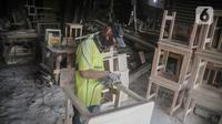 Pekerja menyelesaikan pembuatan furnitur di Jakarta, Rabu (20/11/2019). Kementerian Perindustrian (Kemenperin) menyatakan bakal terus memacu pertumbuhan produksi industri furnitur pada tahun ini kendati realisasinya kemungkinan lebih rendah ketimbang tahun lalu. (Liputan6.com/Faizal Fanani)