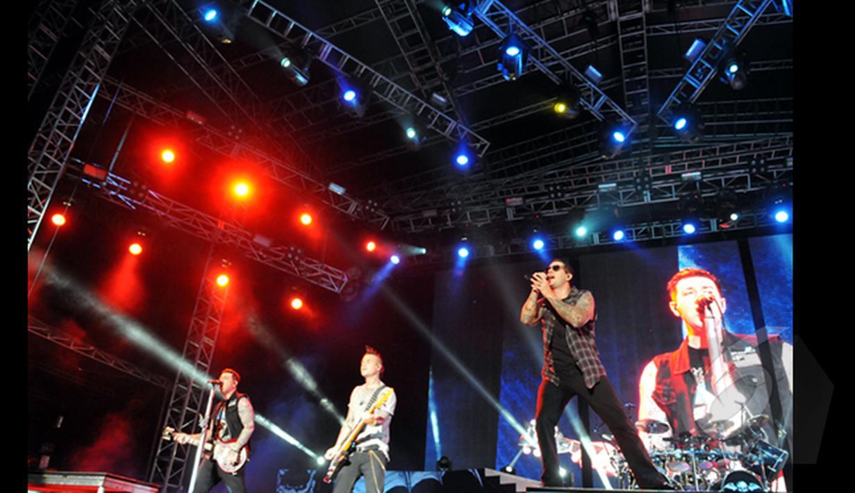 "Avenged Sevenfold, Band Rock asal Huntington Beach saat konser bertajuk ""Avenged Sevenfold Asia Tour 2015 Live in Jakarta"" di Parkir Timur Senayan, Jakarta, (18/1/2015). (Liputan6.com/Panji Diksana)"