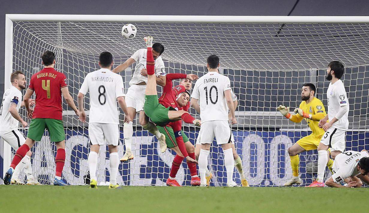 Striker Portugal, Cristiano Ronaldo, berusaha mencetak gol ke gawang Azerbaijan pada laga kualifikasi Piala Dunia 2022 di Stadion Juventus, Turin, Kamis (25/3/2021). Portugal menang dengan skor 1-0. (Fabio Ferrari/LaPresse via AP)