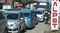 Jelang penutupan jalan raya menuju Puncak, Bogor, kemacetan beralih di Jonggol (Liputan6.com/Darno)