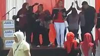 Beberepa petugas RSUD dr. Slamet Garut, nampak tengah menggelar perayaan HUT Kemerdekaan ke-74 RI di atas panggung sekitar halaman rumah sakit (Liputan6.com/Jayadi Supriadin)