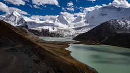 Pemandangan Gunung Sapukonglagabo di Wilayah Biru di Nagqu, Daerah Otonom Tibet, China barat daya (11/10/2020). Dengan membaiknya kondisi transportasi, semakin banyak wisatawan yang dapat mengakses Gunung Sapukonglagabo untuk menikmati pemandangan. (Xinhua/Purbu Zhaxi)