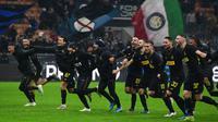 Para pemain Inter Milan merayakan kemenangan atas SPAL pada laga Serie A Italia di Stadion San Siro, Millan, Minggu (1/12). Inter menang 2-1 atas SPAL. (AFP/Miguel Medina)