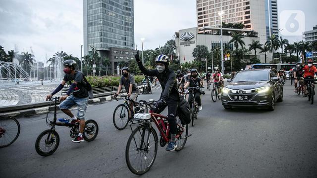 Peserta bersepeda saat melakukan aksi unjuk rasa bertajuk