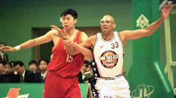 Pada posisi ke lima ditempati oleh Kareem Abdul-Jabbar. Peraih enam kali MVP dan cincin NBA ini mengoleksi angka 237 penampilan di babak Playoff NBA. (Foto: AFP/Zou Qing)