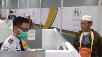 Jemaah haji tengah menjalani pemeriksaan imigrasi di Bandara Soetta. (Liputan6.com/Pramita Tristiawati)