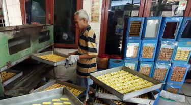 Pekerja membuat kue kering di industri rumahan kawasan Kwitang, Jakarta, Sabtu (18/5/2019). Jelang Lebaran, pengusaha kue kering rumahan mulai kebanjiran pesanan. (Liputan6.com/Herman Zakharia)