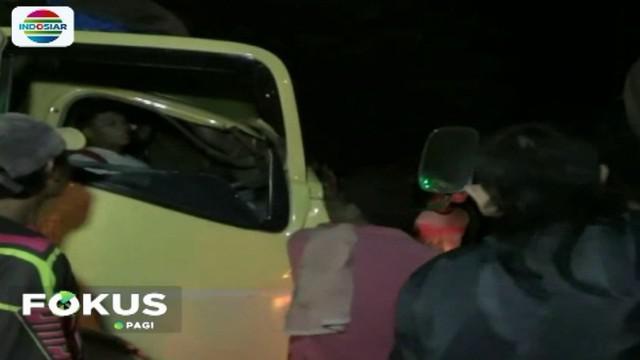 Truk colt diesel dari arah Jakarta menuju Cirebon menabrak truk tronton pengangkut tanah yang dalam keadaan berhenti mengganti ban.