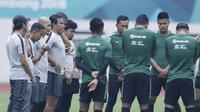 Pelatih Indonesia, Bima Sakti, bersama para staf pelatih saat sesi latihan di Stadion Wibawa Mukti, Jawa Barat, Jumat (02/11/2018). Latihan tersebut dalam rangka persiapan jelang laga Piala AFF 2018.  (Bola.com/M Iqbal Ichsan)