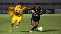 Striker Bhayangkara FC, Ramiro Fergonzi , berebut bola dengan bek Tira Persikabo, Abduh Lestaluhu, pada laga Liga 1 2019 di Stadion Madya, Senayan, Jakarta, Kamis (4/7/2019). Kedua tim bermain imbang 1-1. (Bola.com/Yoppy Renato)