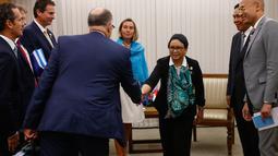 Menlu RI, Retno Marsudi bersalaman dengan delegari Uni Eropa saat menghadiri Pertemuan Menteri Luar Negeri Asean ke-7 di Manila, Filipina (7/8).Pertemuan ini membahas isu politik dan keamanan di Asia-Pasifik. (AFP Photo/Pool/Rolex Dela Pena)