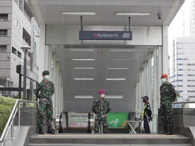 Personil TNI berjaga di Stasiun MRT Bundaraan HI, Jakarta, Selasa (26/5/2020). Kedepannya aparat gabungan TNI dan Polri akan dikerahkan ke berbagai lokasi keramaian untuk mengawasi aktivitas masyarakat dalam penerapan new normal di tengah pandemi covid-19. (Liputan6.com/Johan Tallo)