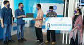 CMO Retail Business Asuransi Astra Gunawan Salim (kedua kiri) menyerahkan beasiswa pendidikan senilai Rp300 juta dan 9 buah laptop di Jakarta, Rabu (23/9/2020). Bantuan untuk tenaga pengajar dan siswa SLB B Sana Dharma bertepatan dengan Hari Bahasa Isyarat Internasional. (Liputan6.com/HO/Eko)