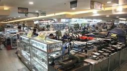 Suasana sepi pengunjung di salah satu pusat perbelanjaan kawasan Glodok, Jakarta, Selasa (3/3/2020). Menurut pengakuan pedagang, persentase sepi pengunjung di pusat perbelanjaan Glodok mencapai 70 persen. (merdeka.com/Iqbal S. Nugroho)