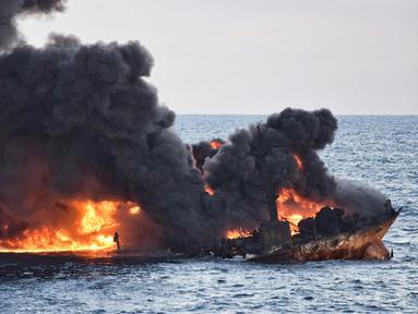 Kapal tanker minyak Iran hampir tenggelam usai mengalami kebakaran di Laut Cina Timur (14/1). Kapal tanker bernama Sanchi ini sebelumnya bertabrakan dengan kapal kargo hingga akhirnya terbakar di lepas pantai timur Shanghai. (Ministry of Transport via AP)
