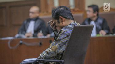 Terdakwa kasus dugaan suap proyek PLTU Riau-1 Idrus Marham menjalani sidang putusan di Pengadilan Tipikor, Jakarta Pusat, Selasa (23/4/2019). Mantan Sekjen Partai Golkar Idrus Marham mendapat vonis tiga tahun penjara dan denda Rp 150 juta subsidier dua bulan kurungan. (Liputan6.com/Faizal Fanani)