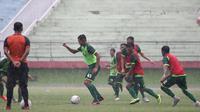 Skuat Persebaya berlatih dalam guyuran hujan. (Bola.com/Aditya Wany)